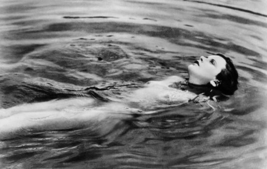 Ecstasy de Gustav Machaty avec Hedy Lamarr billed as Hedy Kiesler 1932