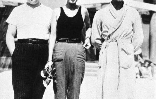 Gabrielle Chasnel dite Coco Chanel (1883-1971), entre Christian Berard et Boris Kochno a Monte-Carlo 1932    ---   Gabrielle Chasnel called Coco Chanel (1883-1971), french fashion designer, between Christian Berard and Boris Kochno in Monte Carlo 1932